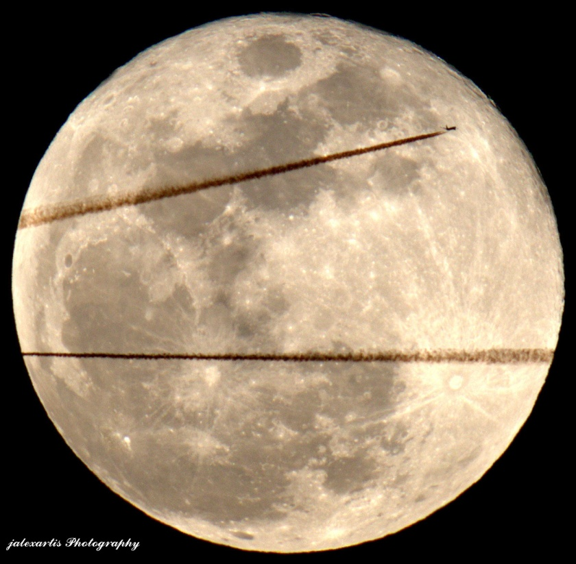 Commercial aircraft Double Transit the moon [It was over in a slit second]